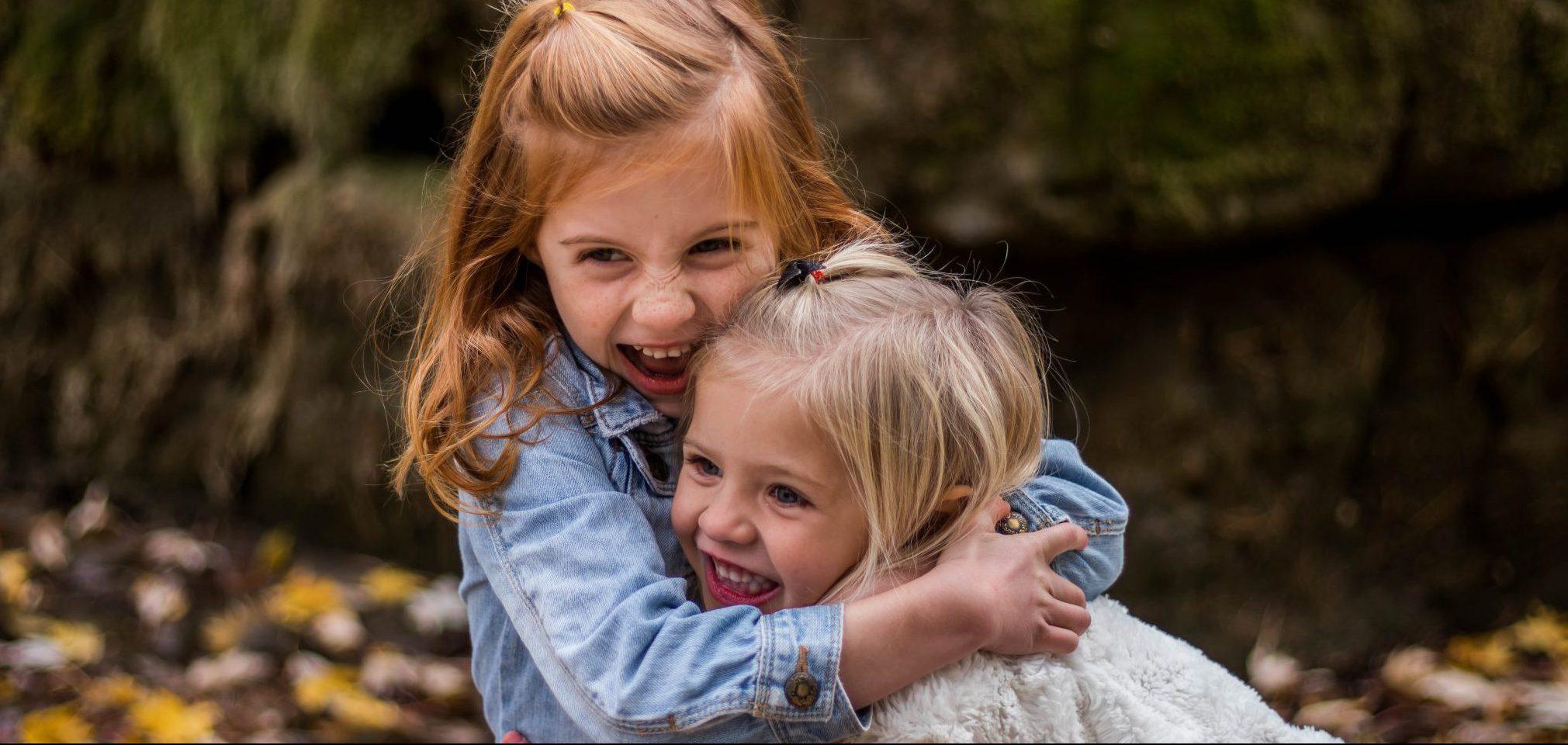 kinderen die knuffelen